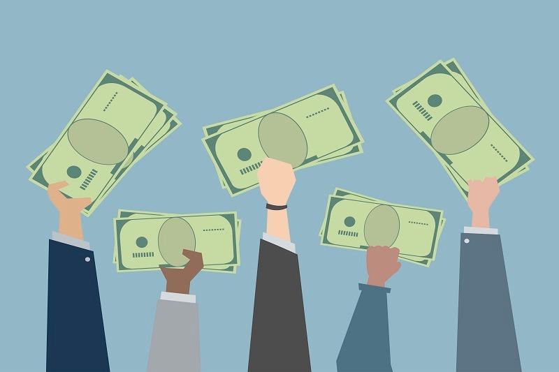 Como abrir uma empresa de empréstimo consignado- Mãos segurando dinheiro