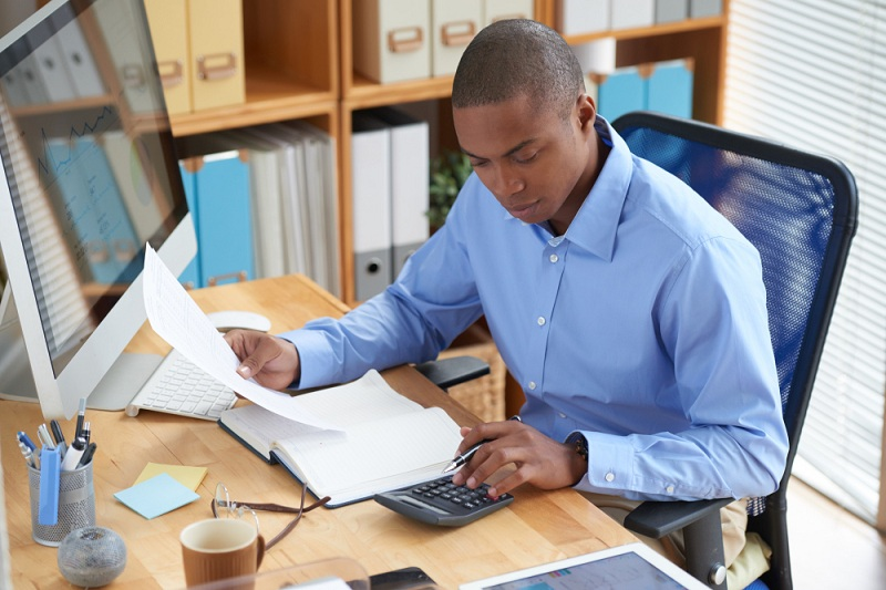contabilidade para pequenos negócios - homem negro avaliando o balanço