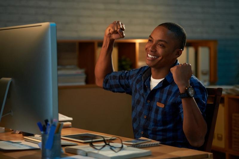 Contabilidade especializada em MEI homem escritorio feliz